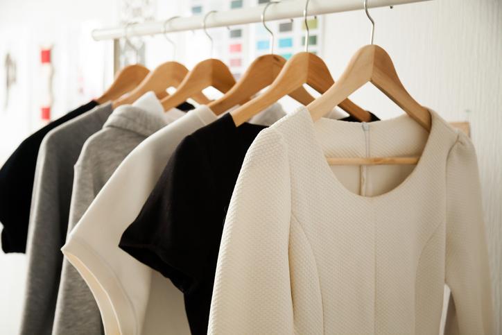 O que é e como montar um guarda-roupa cápsula?